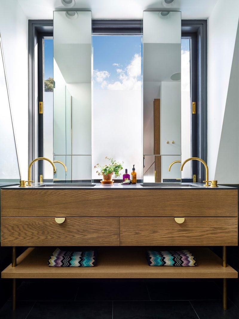 luxe badkamer houten badkamermeubel met dubbele spiegels voor het raam