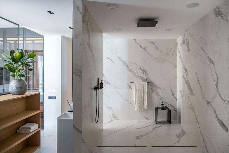 Wil je een mooie luxe badkamer? Deze luxe badkamer laat zien dat witte carrara marmeren tegels een goede keuze zijn.
