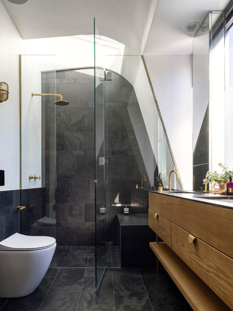 luxe badkamer maatwerk gouden accenten met ruime inloopdouche