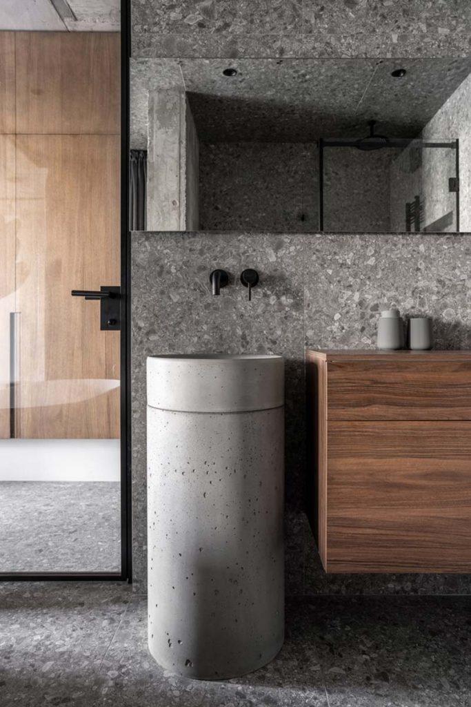 luxe badkamer natuurstenen tegels, houten badkamermeubel en vrijstaande wastafel