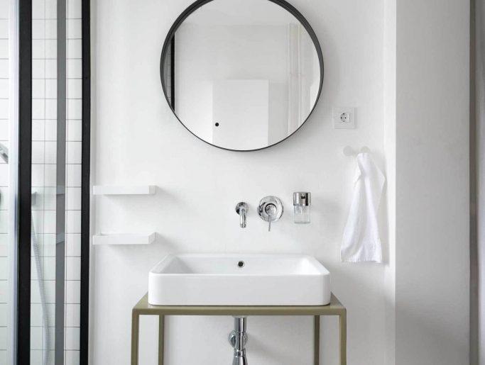 luxe badkamer ronde spiegel boven wastafel
