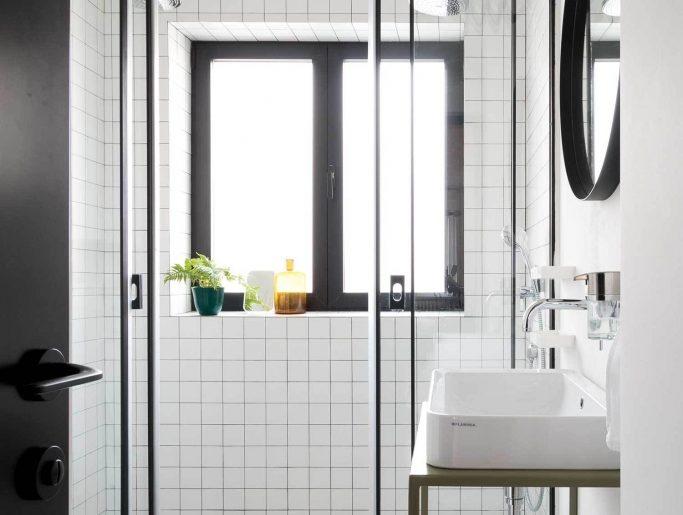 luxe badkamer twee douches tegenover elkaar