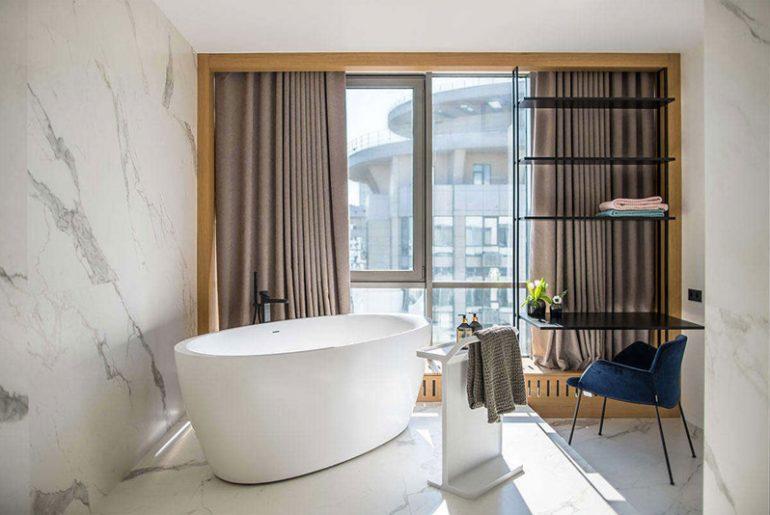 luxe badkamer vrijstaand bad bij raam