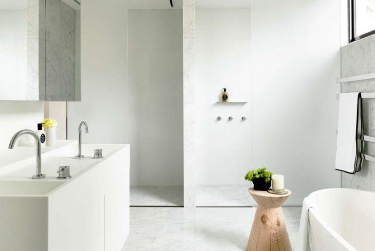 luxe badkamer wit marmer met inloopdouche en vrijstaand bad