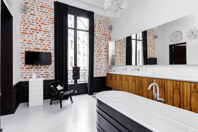 luxe karakteristieke badkamer met TV aan de muur
