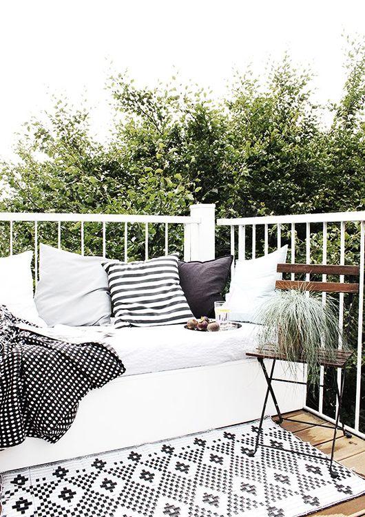 Luxe ligbank op balkon