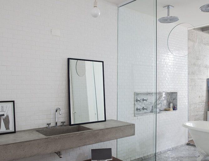 luxe loft badkamer betonnen wastafel regendouches en vrijstaand bad