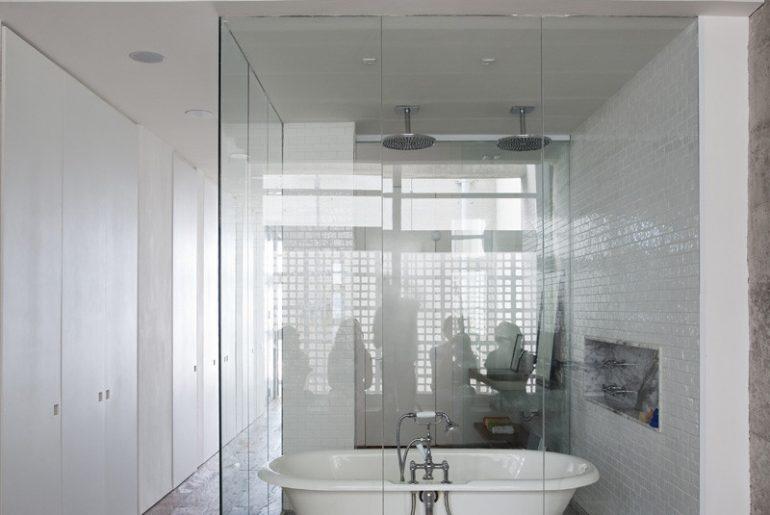 luxe loft badkamer open karakter door glazen wanden