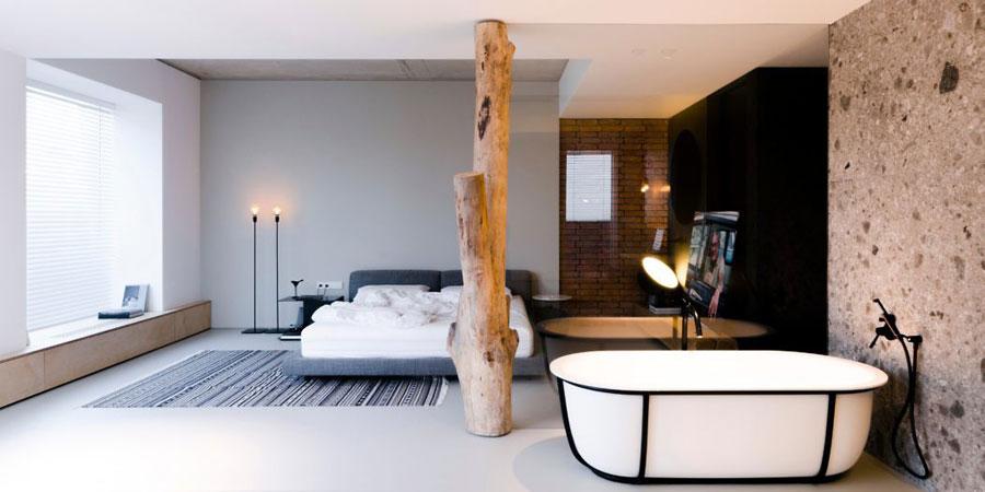luxe open badkamer ensuite vrijstaand bad bij glazen wand