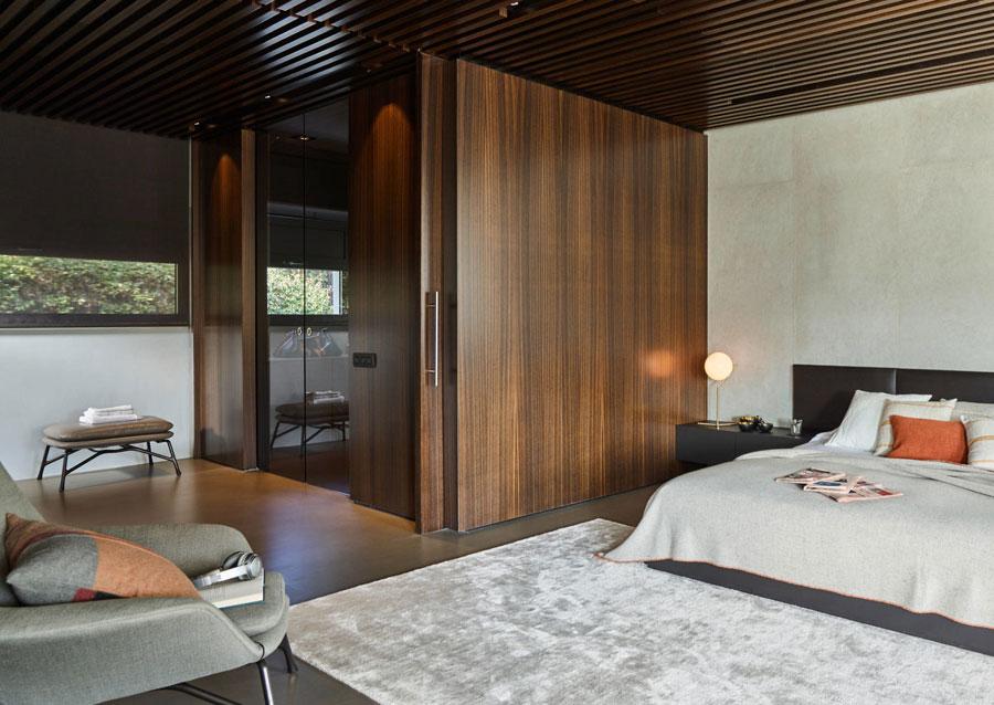 Luxe slaapkamer met hout, beton en goud
