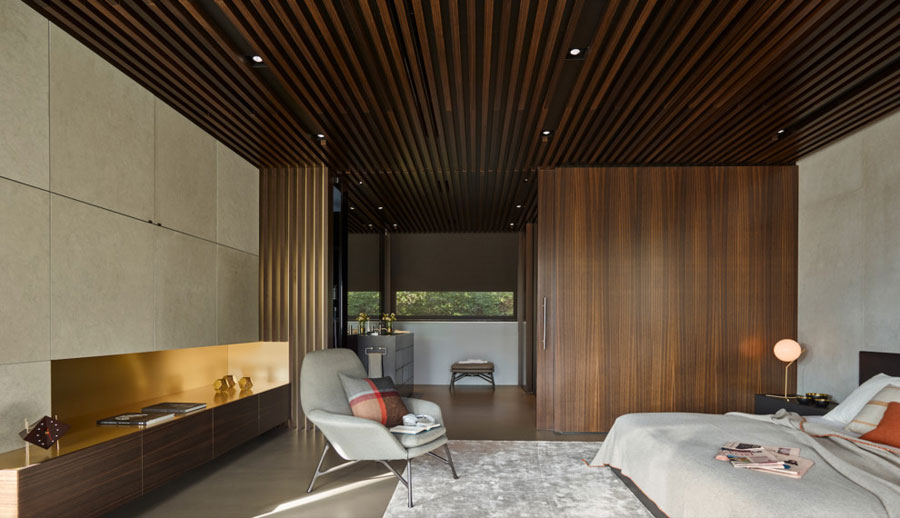 Luxe slaapkamer met hout, beton en goud | HOMEASE