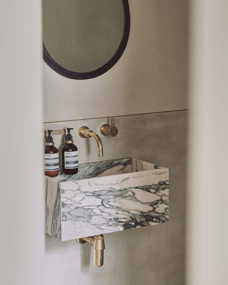 marmeren fonteintje gouden kraan sifon toilet