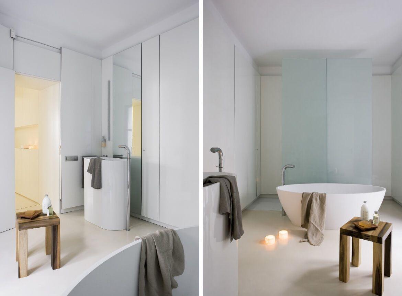 Minimalistische badkamer met glazen schuifdeur