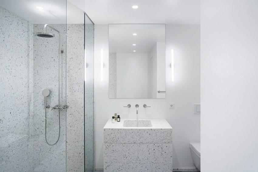Minimalistische badkamer met terrazzo muren