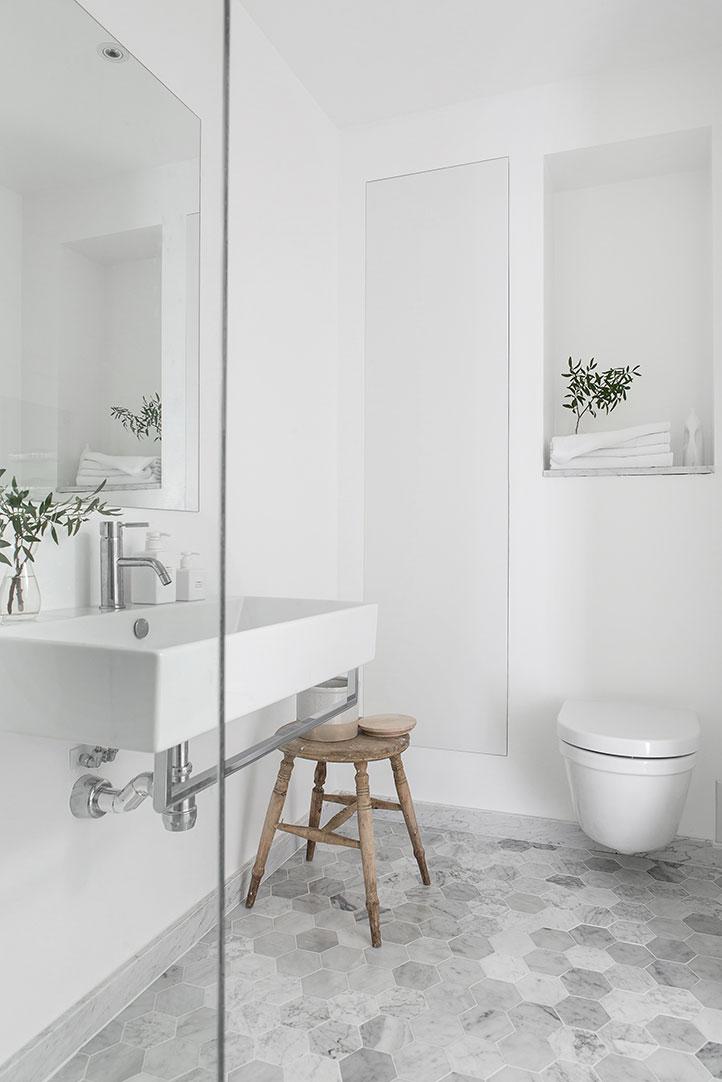 Minimalistische badkamer met marmeren hexagon vloer