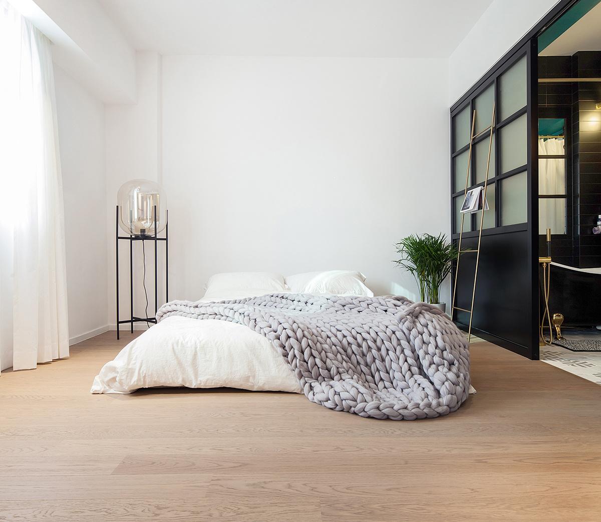 Moderne klassieke slaapkamer met inloopkast en badkamer | HOMEASE