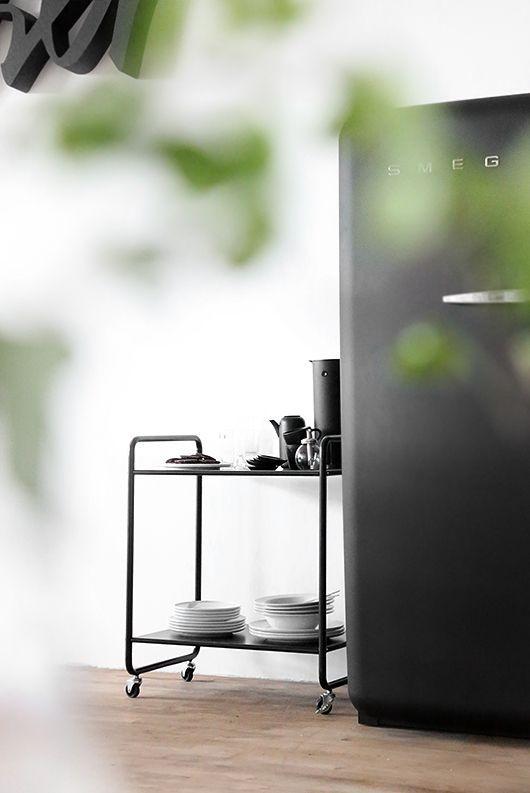 minimalistische-zwarte-trolley-keuken
