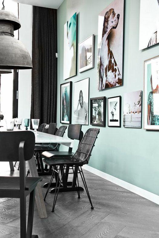 Mintgroene muur met een collage met lijsten