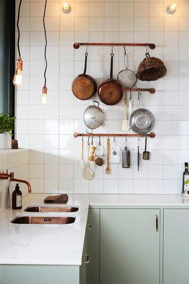 Mintgroene keuken en koperen kraan