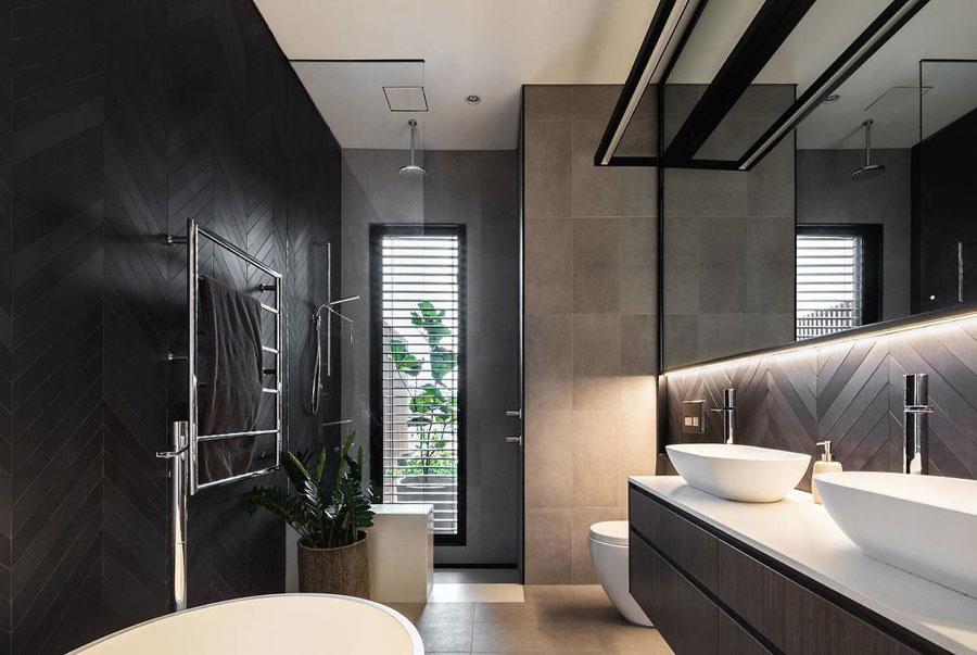 Modern chique badkamer met donkere kleuren homease
