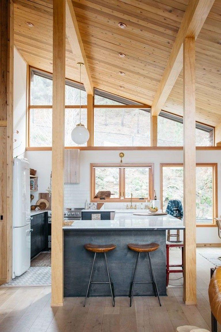 De mooie moderne landelijke keuken van Erin, met een super hoog houten plafond en houten balken. De keuken is voorzien van een eiland met bar en stoere barkrukken. Klik hier voor meer foto's.