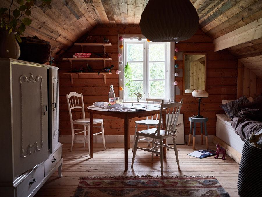 In deze modern landelijke kinderkamer op zolder zijn op maat gemaakte houten bedstee bedden gecombineerd met een mooie klassiek landelijke kledingkast. Klik hier voor meer foto's.
