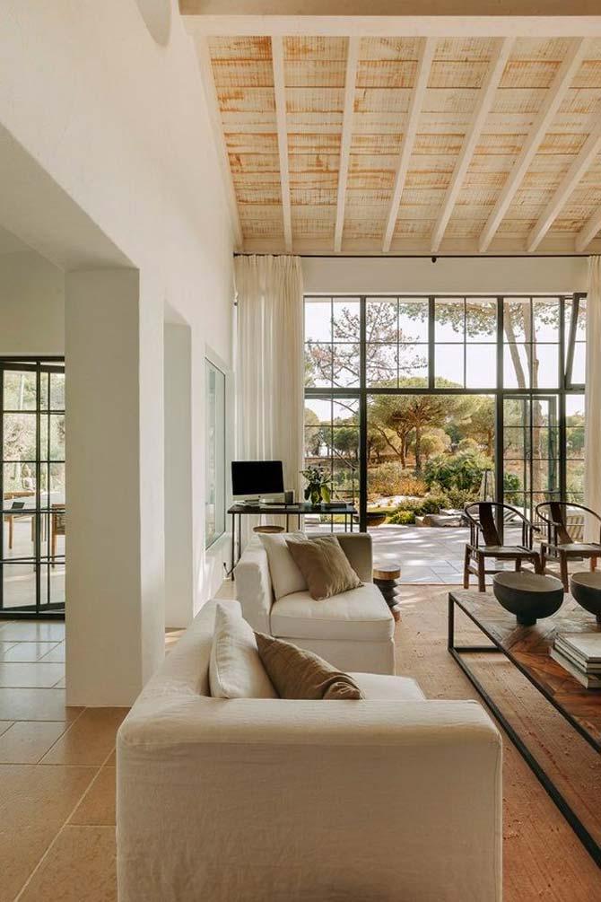 White & Kaki creeerde het interieur voor deze prachtige woning in Portugal. De stoere salontafel in deze woonkamer combineert een tafelblad van hergebruikt hout, met een stoer stalen onderstel.