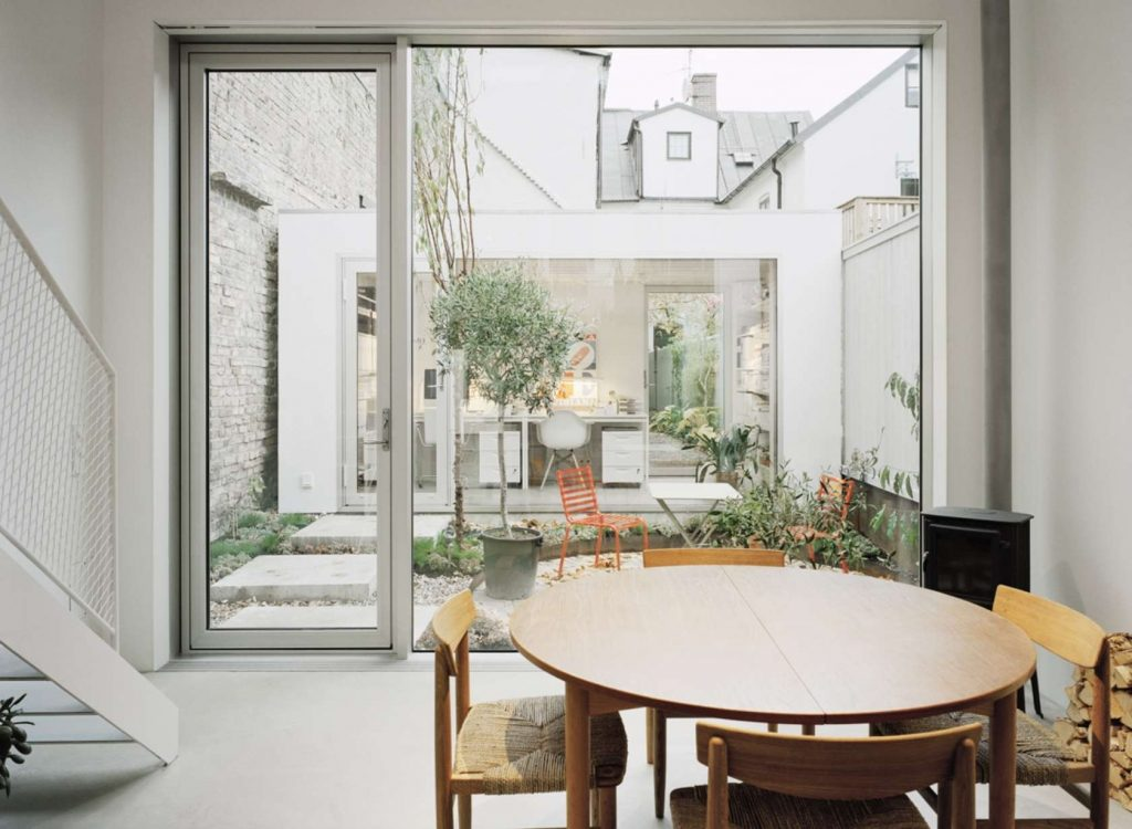Modern wit rijtjeshuis met een ruimtelijk wit interieur