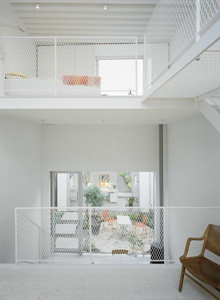 Modern wit rijtjeshuis met een ruimtelijk wit interieur homease for Mezzanine in de woonkamer