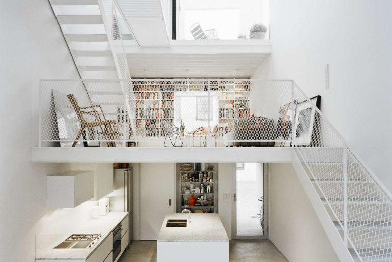 Modern wit rijtjeshuis met een ruimtelijk wit interieur | HOMEASE