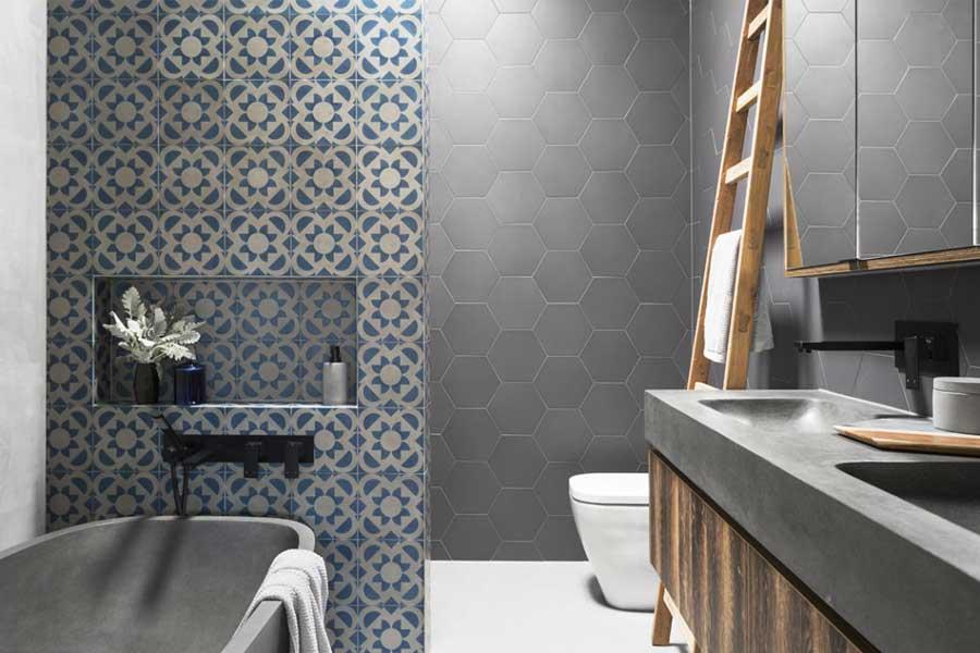 Moderne grijze badkamer