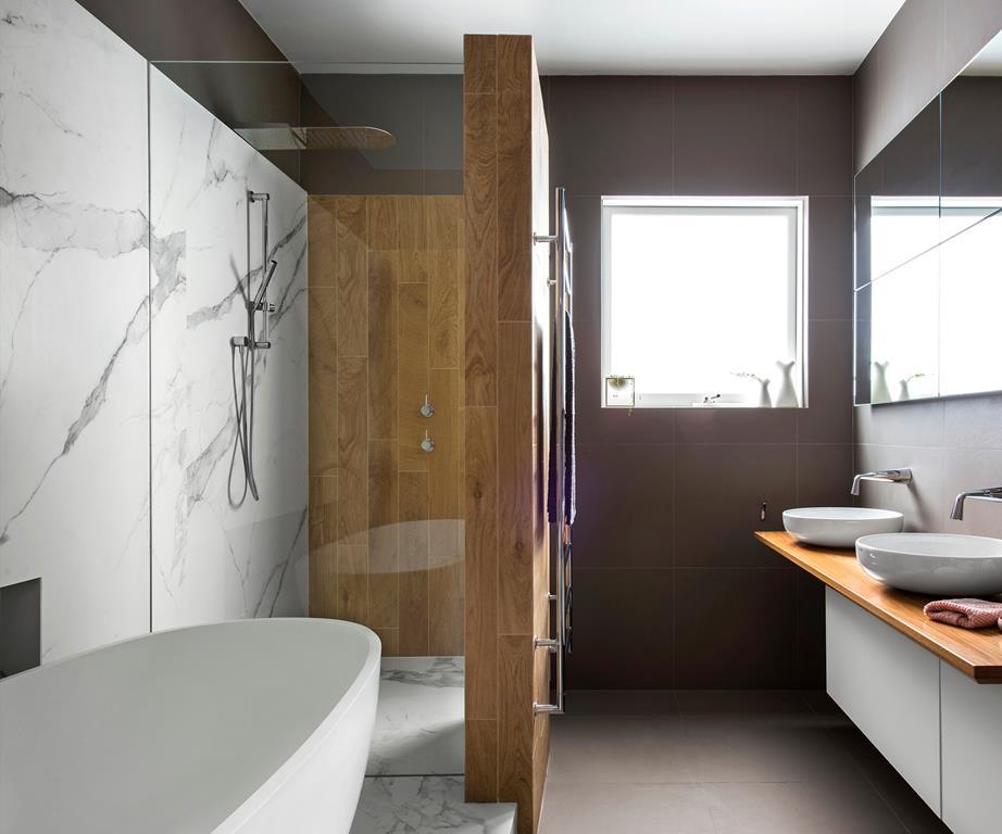 moderne badkamer grijze tegels hout marmer