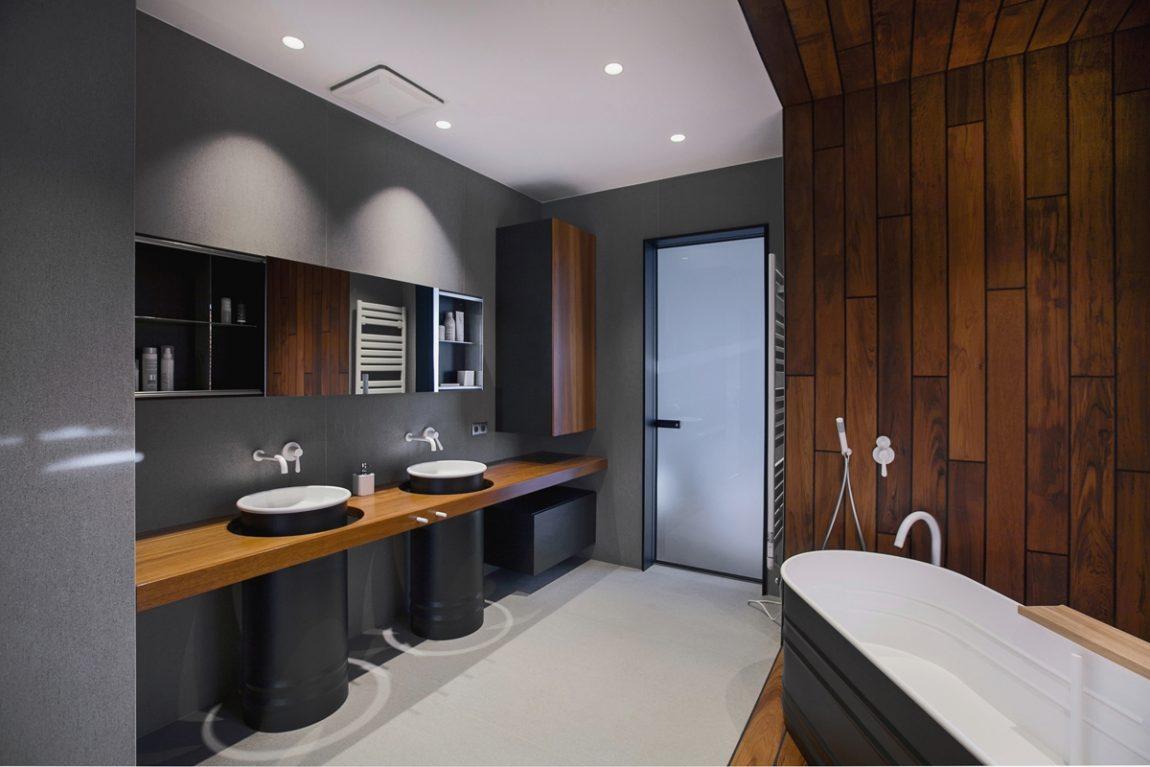 Moderne badkamer met vrijstaand bad