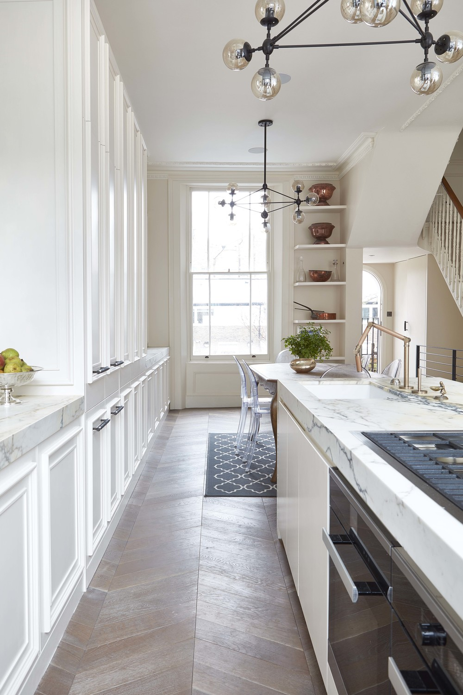 Moderne klassieke keuken met een marmeren kookeiland