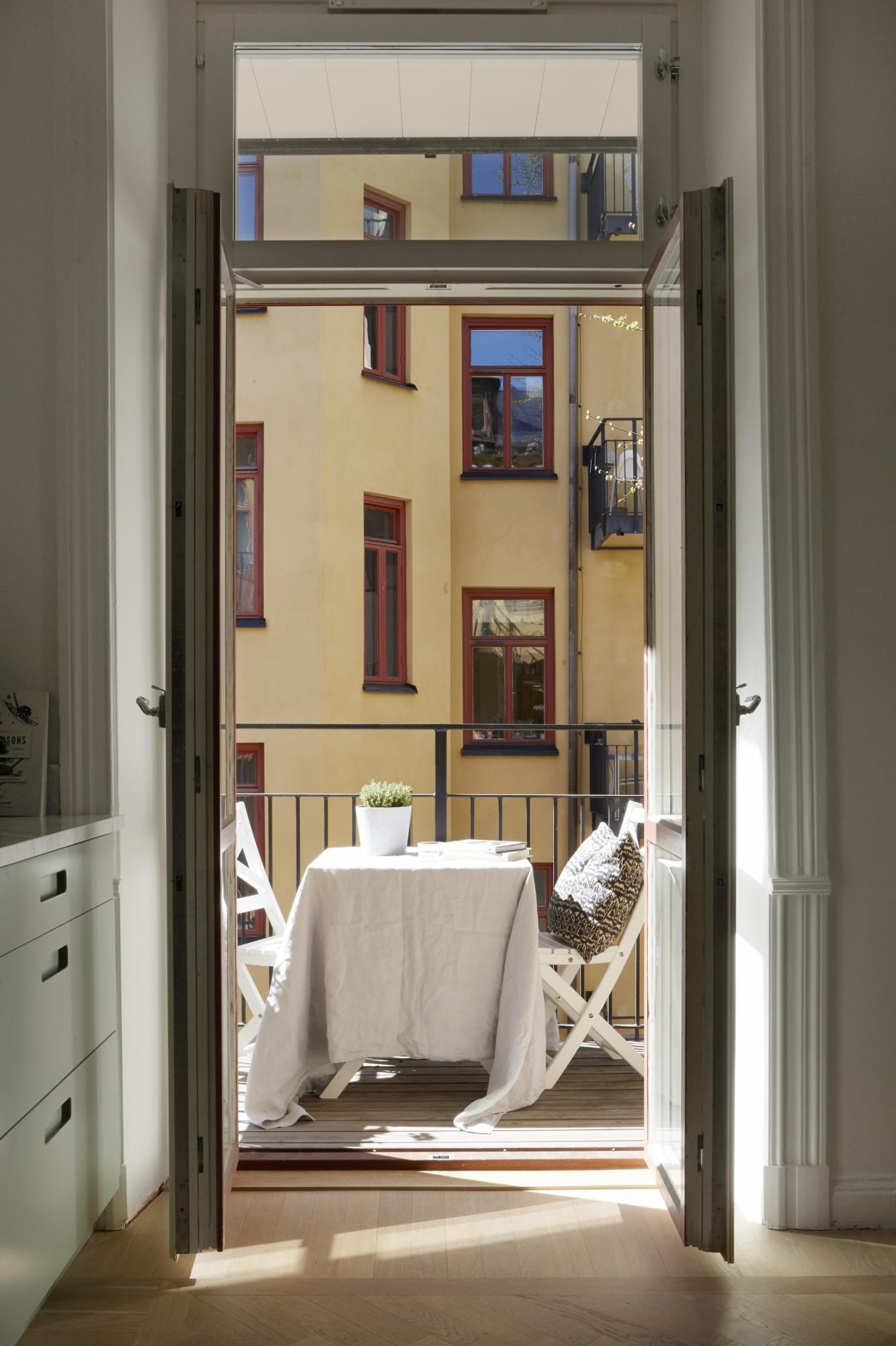 Moderne mintgroene keuken met een marmeren werkblad