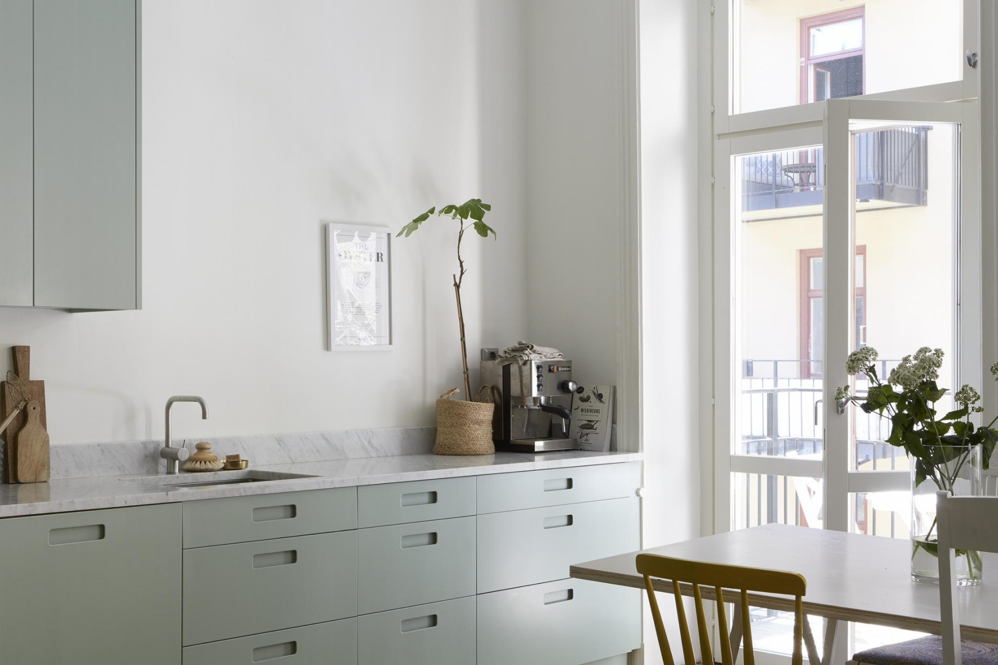 Werkblad Keuken Verven : Moderne mintgroene keuken met een marmeren werkblad homease