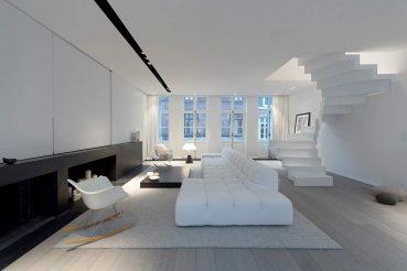 Moderne ruimtelijke woonkamer in een karakteristiek pand