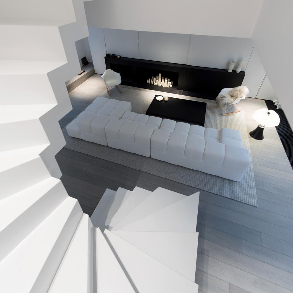 Moderne ruimtelijke woonkamer in een karakteristiek pand : HOMEASE