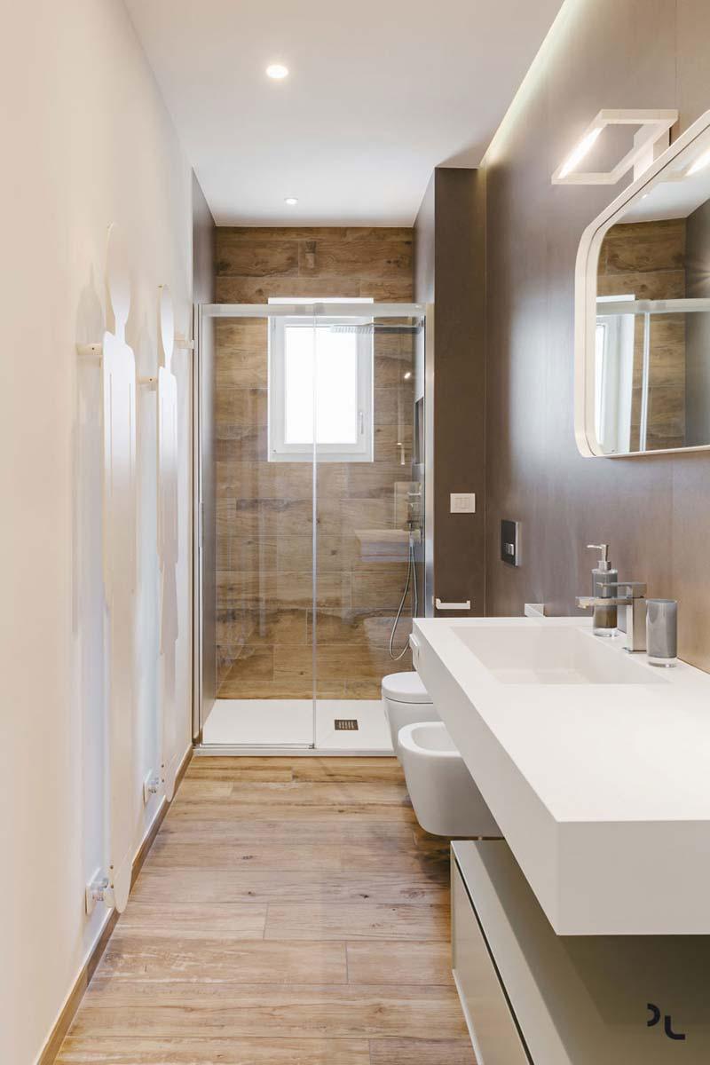 moderne smalle badkamer houtlook tegels
