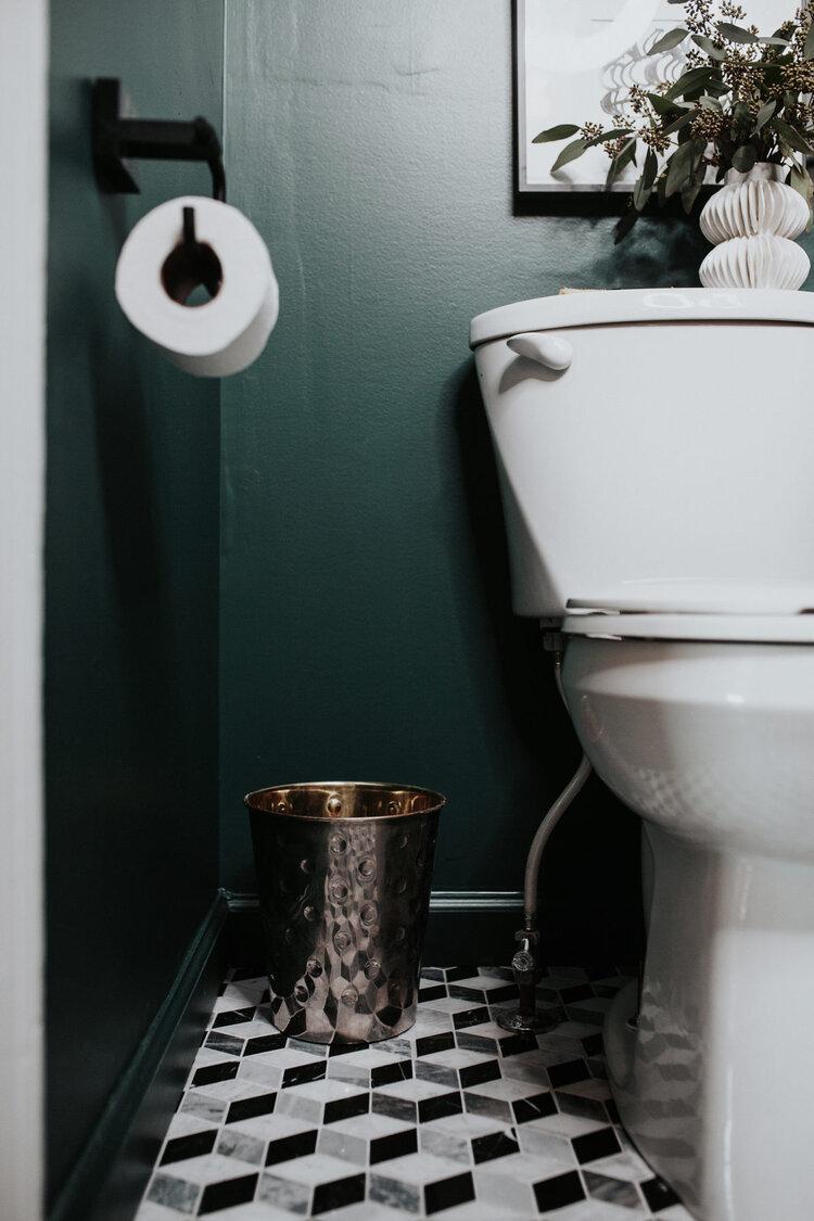 mooi vintage toilet groene muren geometrische tegels