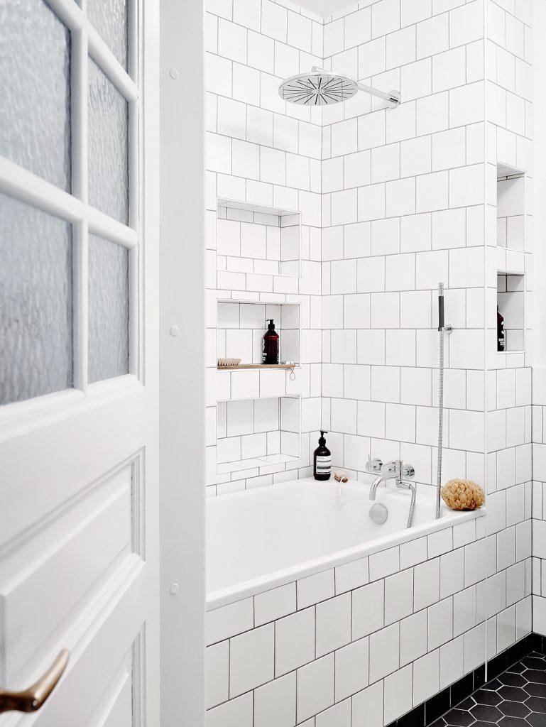 Mooie badkamer met een combinatie van zwarte en witte tegels