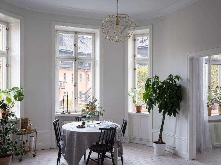 Mooie open keuken met kookeiland in een klein appartement van 59m2