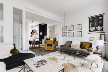 Deze mooie woonkamer is erg leuk ingericht met sfeervolle accessoires