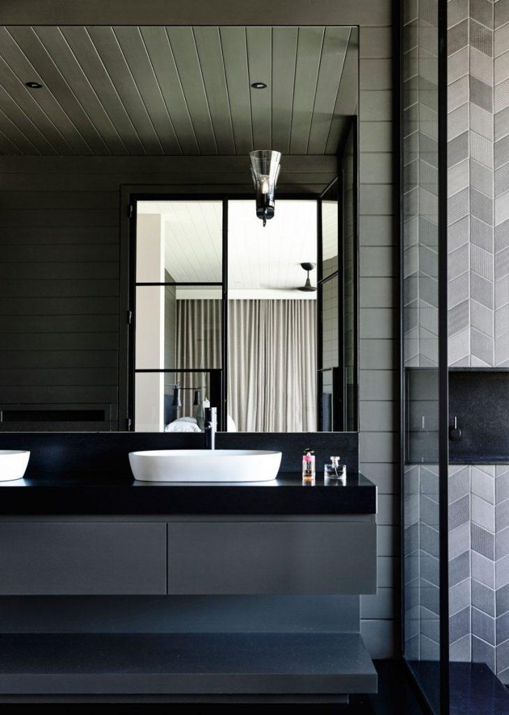 Mooie zwarte badkamer in een moderne woonboerderij | HOMEASE