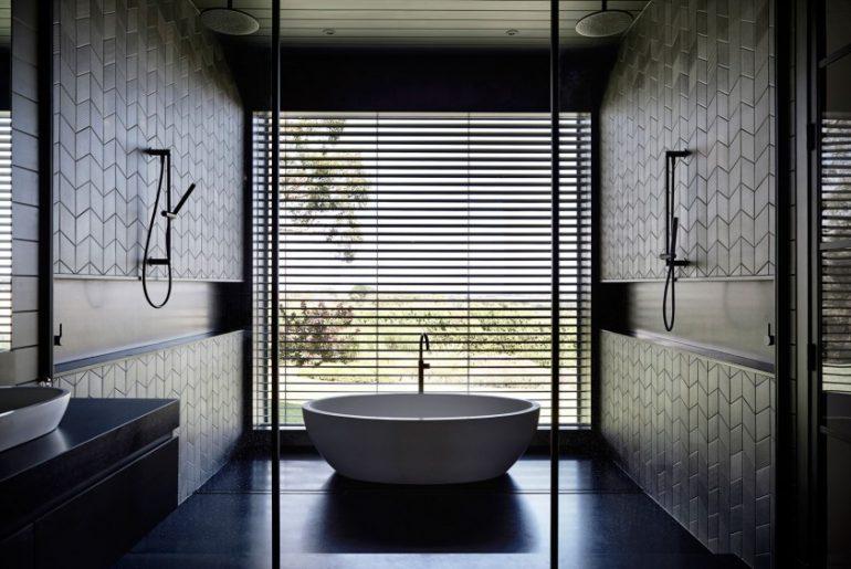 Mooie zwarte badkamer in een moderne woonboerderij homease - Een mooie badkamer ...