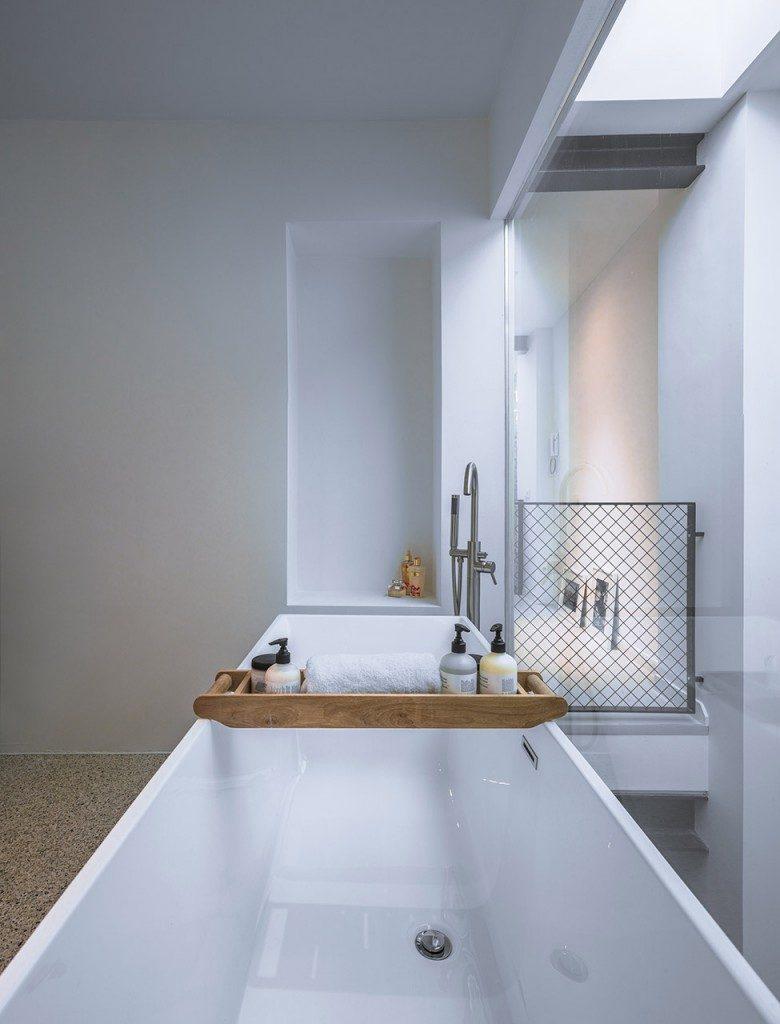 Natuurlijk licht in badkamer door glazen wand