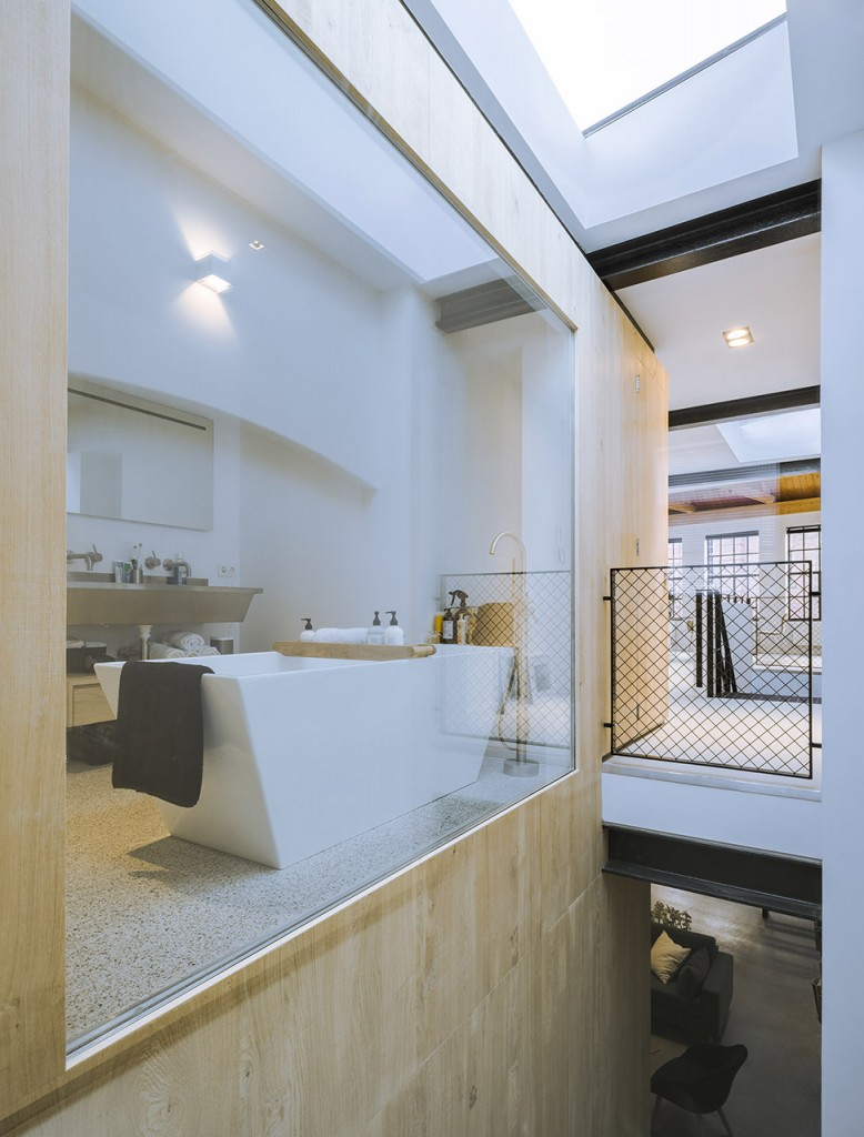Natuurlijk licht in badkamer door glazen wand | HOMEASE