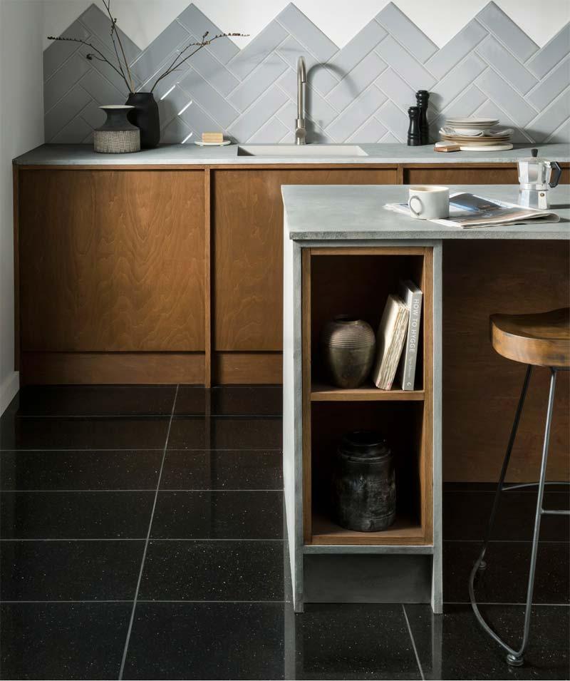 In deze mooie keuken is de vloer betegeld met de Fiamatto Galaxy graniettegel van Toppstiles.co.uk, gekenmerkt met een glanzend gepolijste afwerking.