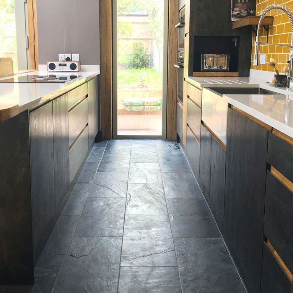 Deze keuken is ingericht met de prachtige donkere leisteen tegels van Stonetilecompany.co.uk.