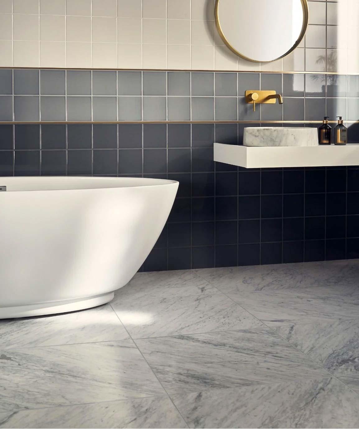 De geslepen Carrara marmeren tegels van Toppstiles.co.uk in deze mooie badkamer zijn perfect voor het creëren van een luxueuze en verfijnde esthetiek.